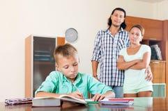 Padres que miran a su hijo el hacer de la preparación fotos de archivo libres de regalías