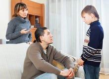 Padres que regañan a su hijo adolescente Foto de archivo libre de regalías