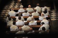Padres que sentam-se na igreja imagens de stock royalty free