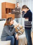 Padres serios con el hijo gritador Fotos de archivo