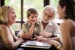 Padres y abuelos felices con el muchacho en barra Fotografía de archivo libre de regalías