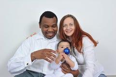 Padres y bebé felices fotografía de archivo