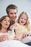Padres y con su hija Fotografía de archivo