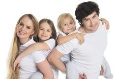 Padres y dos niños foto de archivo