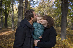 Padres y niña felices fotos de archivo