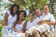 Padres y niños de la familia del afroamericano Imagenes de archivo