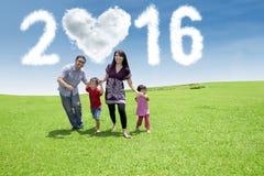 Padres y niños que corren bajo números 2016 Imágenes de archivo libres de regalías