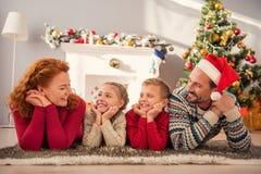 Padres y niños que disfrutan de la celebración del Año Nuevo Fotos de archivo