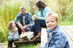 Padres y niños que tienen comida campestre Fotos de archivo libres de regalías