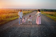 Padres y ni?os al aire libre en la puesta del sol fotos de archivo libres de regalías