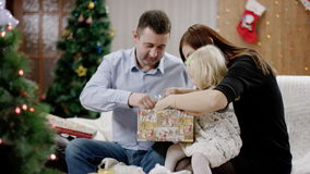 Padres y regalo de Navidad de la abertura de la hija almacen de video