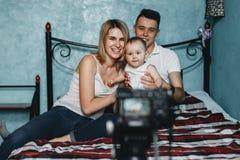 Padres y vídeo de la grabación de la hija para el blog fotografía de archivo