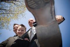 Padrino de boda divertido que pisa fuerte Imagen de archivo