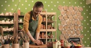 Padrone del vasaio della femmina adulta che prepara l'argilla sulla tavola archivi video