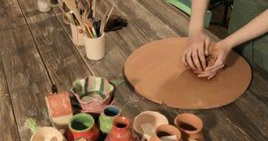 Padrone del vasaio della femmina adulta che prepara l'argilla sulla tavola, primo piano, vista superiore stock footage