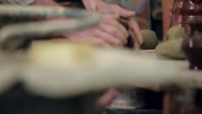 Padrone dell'argilla che prepara la sua area di lavoro video d archivio