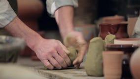 Padrone dell'argilla che preparring la sua area di lavoro archivi video