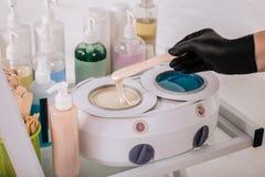 Padrone professionale nella depilazione che prepara cera per la depilazione fotografie stock
