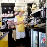 Padstow, Корнуолл, 11-ое апреля 2018: Молодое женское barista fr девушки Стоковое фото RF