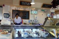 Padstow Cornwall, April 11th 2018: Kvinna som förbereder mat i en se royaltyfri bild