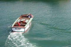 Padstow Cornwall, April 11th 2018: Snabb motorbåt Arkivfoton