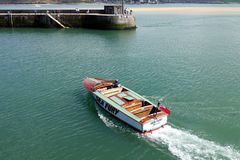 Padstow Cornwall, April 11th 2018: Snabb motorbåt Royaltyfri Bild