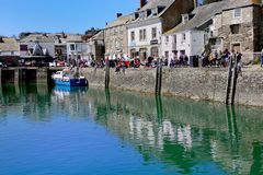 Padstow Cornwall, April 11th 2018: Turister semesterfirare och ho Arkivfoton