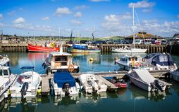 Padstow-Hafen mit festgemachten Fischerbooten im Hintergrund genommen bei Padstow, Cornwall, Großbritannien stockbild