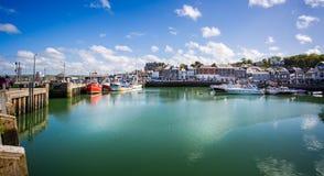 Padstowhaven met vissersboten en snelheidsboten in Padstow, Cornwall, het UK worden genomen dat stock afbeelding