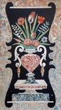 Padua - das Steinmosaik des Blumenstraußes auf dem Seitenaltar von Kirche Chiesa-degli Eremitani Stockfoto