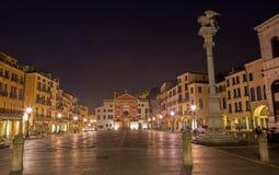 Padua - fyrkant för piazzadeiSignori med den St Mark kolonnen på natten Arkivfoton