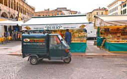 Padua Italië, 30 04 2016 Open markt in Piazza Della Frutta Square met oude uitstekende Aapauto en kleurrijke oude gebouwen in cen stock foto's