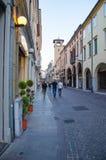 PADUA, ITALIEN - JULI 2016: Tourist kontrolliert Altbauten beim Schlendern durch die Straßen von Padua stockfotos
