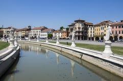Padua/ITALIEN - Juni 12, 2017: Härlig sommardag på den Prato dellaValle fyrkanten med vattenkanalen Förbluffa italienska skulptur royaltyfri bild