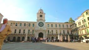 Padua Italien - Oktober 17: Turister och lokaler strosar nära kaptenens slott med det höga klockatornet av XVIEN arkivfilmer