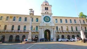 Padua Italien - Oktober 17: Turister och lokaler strosar nära kaptenens slott med det höga klockatornet av XVIEN stock video
