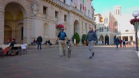 PADUA ITALIEN - OKTOBER 17: Turister och lokaler strosar till och med gatorna av den gamla staden och vilar i gatakaféer lager videofilmer