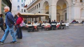 PADUA ITALIEN - OKTOBER 17: Turister och lokaler strosar till och med gatorna av den gamla staden och vilar i gatakaféer arkivfilmer