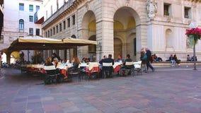 PADUA ITALIEN - OKTOBER 17: Turister och lokaler strosar till och med gatorna av den gamla staden och vilar i gatakaféer stock video