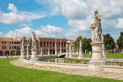 PADUA ITALIEN - SEPTEMBER 10, 2014: Prato della Valle från sydostlig och Venetian slott Arkivfoton