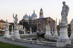 Padua Pejza?u miejskiego wizerunek Padua, W?ochy z Prato della Valle kwadratem podczas zmierzchu zdjęcia royalty free