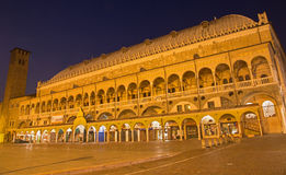 Padua - piazzadella Fruta på natten och den Palazzo dellaen Ragione Fotografering för Bildbyråer