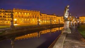 Padua, Prato della Valle w - wieczór półmroku i Weneckim pałac Zdjęcie Stock