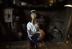 Paduang妇女在她的厨房里 免版税库存照片
