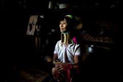 Paduang妇女在她的厨房里 免版税库存图片