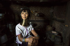 Paduang妇女在她的厨房里 免版税图库摄影