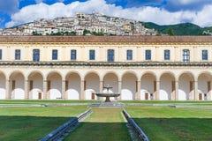 Padula Włochy, Wrzesień, - 2018: Wewnętrzny Podwórze Certosa Di San Lorenzo obraz stock