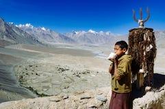 PADUM, ИНДИЯ - 18-ОЕ СЕНТЯБРЯ 2006: Молодой монах играя рожок m Стоковые Изображения RF