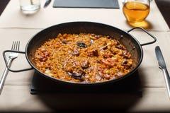 Paella σε ένα τηγάνι μετάλλων Στοκ Εικόνες