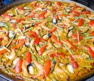 Paella продуктов моря в большой сковороде стоковые фотографии rf